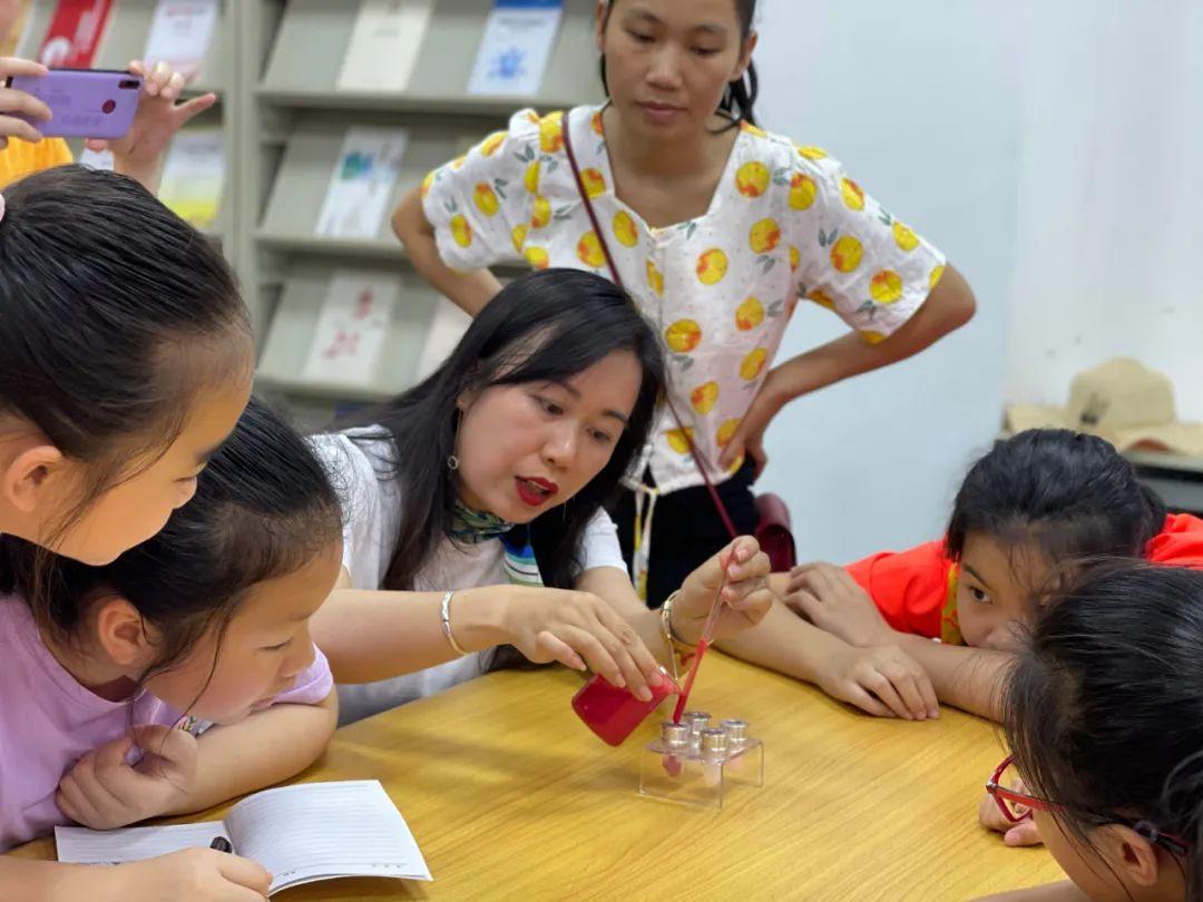 """《右江日报》小记者母亲节特别活动——""""我为妈妈做一支口红"""""""